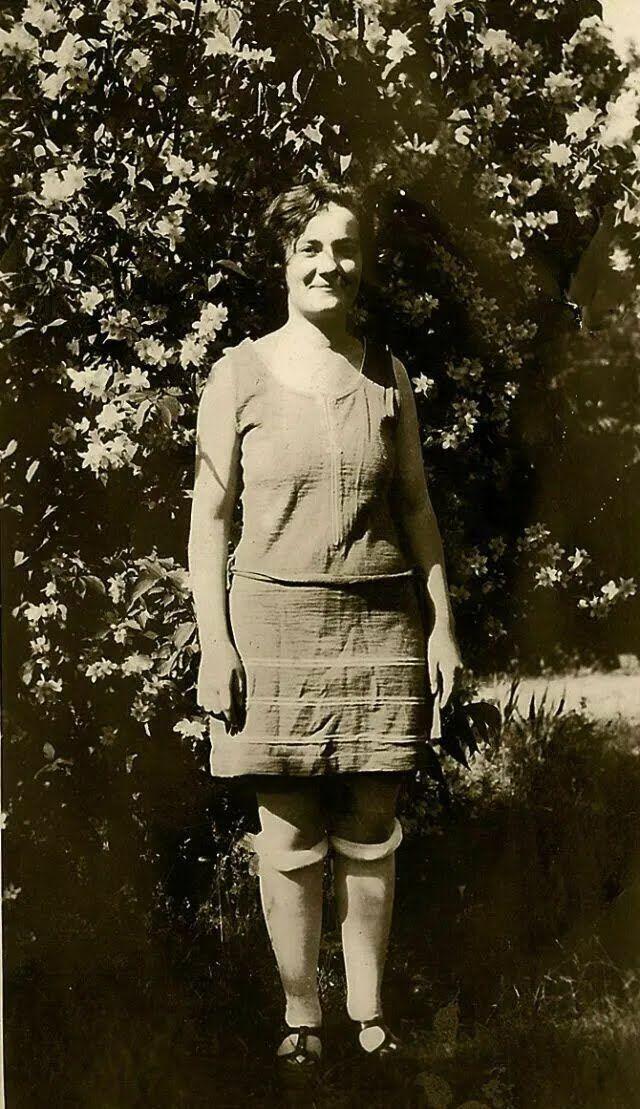В начале 20 века чулки оставались неизменным предметом женского гардероба