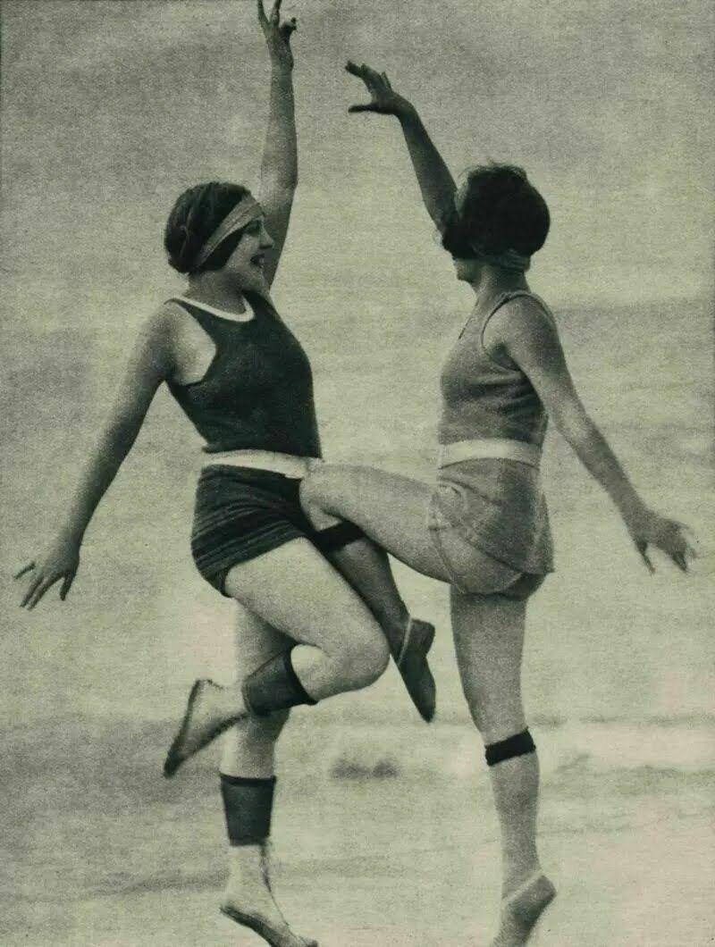 Чулки подворачивали даже на пляже, надевая их вместе с купальными костюмами