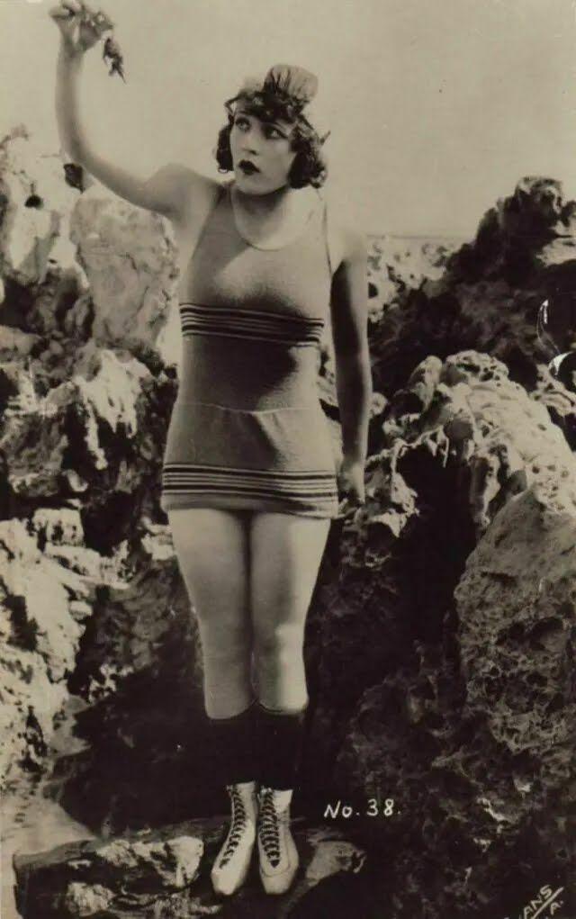 Оголенные ноги считались признаком вульгарной женщины