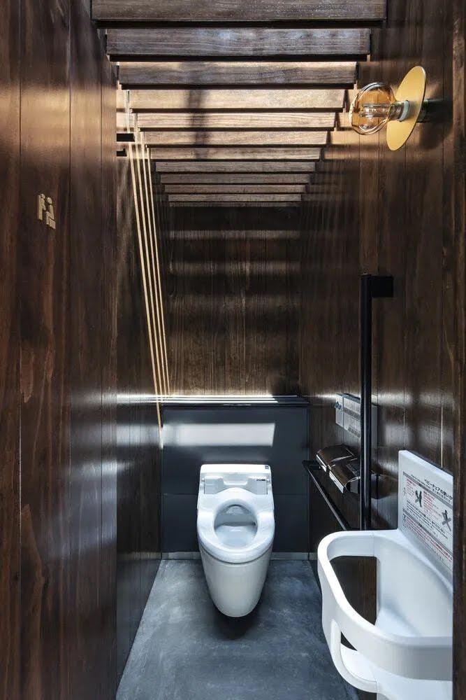 """Унитазы в этом туалете тоже """"не достают"""" до пола"""