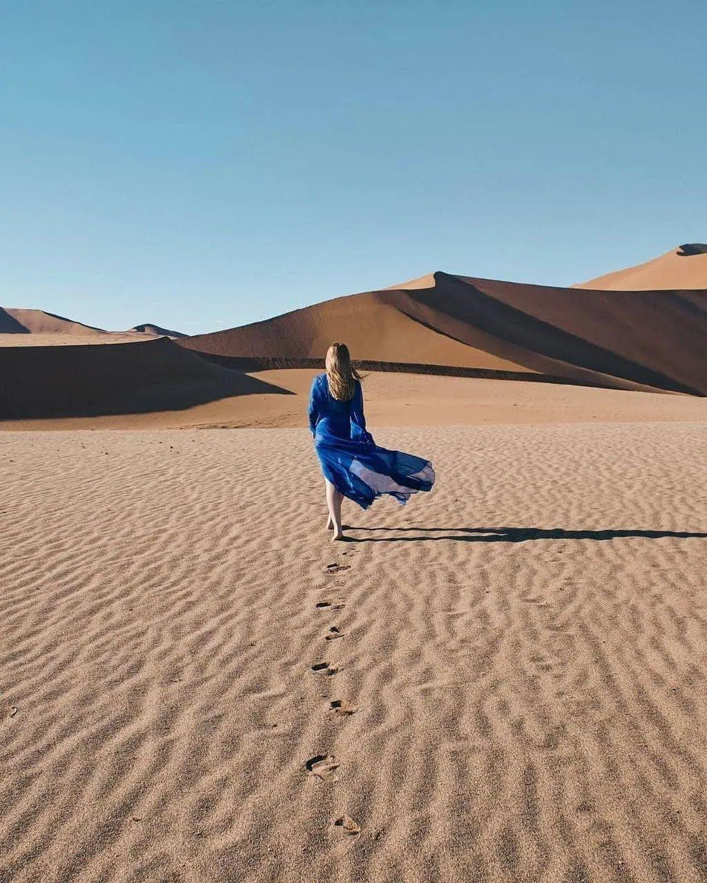 Кароль позирует в пустыне.