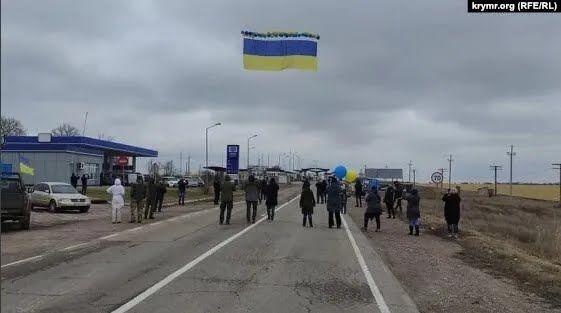 Обращение на флаге оставили также Рефат Чубаров и Ильми Умеров