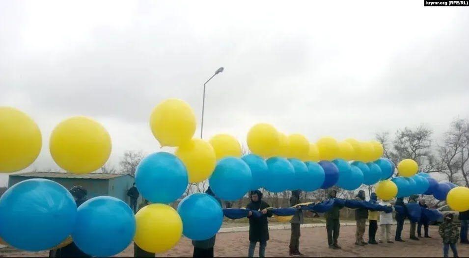 Флаг запустили в Крым на воздушных шарах с Каланчака