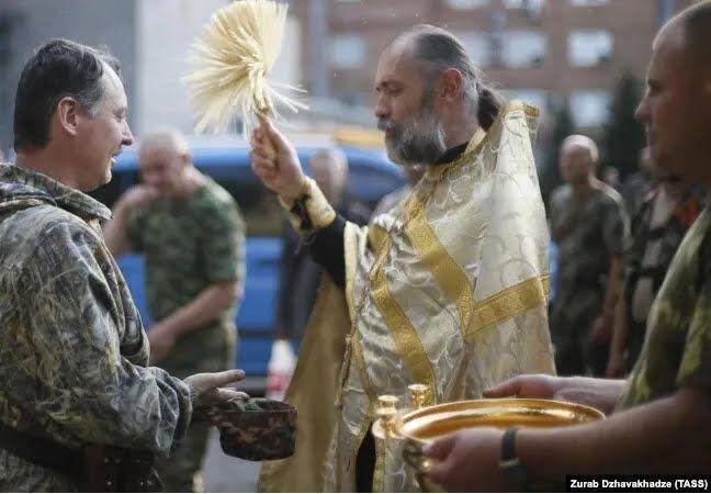 Священник Московского патриархата благословляет Игоря Гиркина