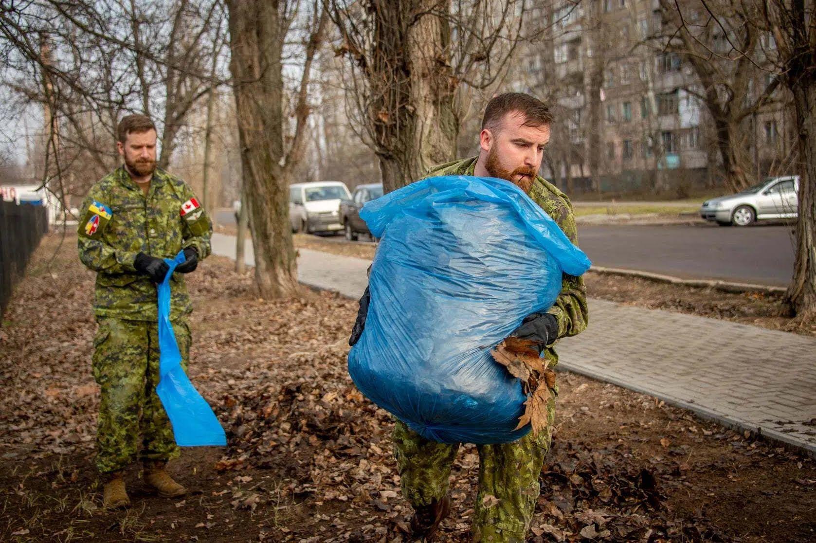 Канадцы убирали опавшие листья.