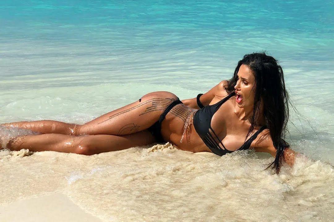 Алана Мамаева на пляже