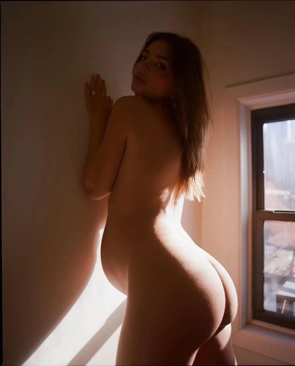 Эмили Ратаковски позирует без одежды.