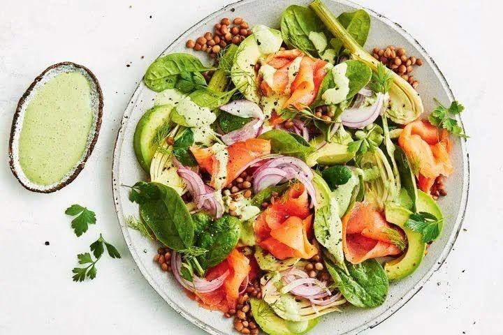"""Вместо """"Мимозы"""" можно приготовить салат с тунцом или лососем."""