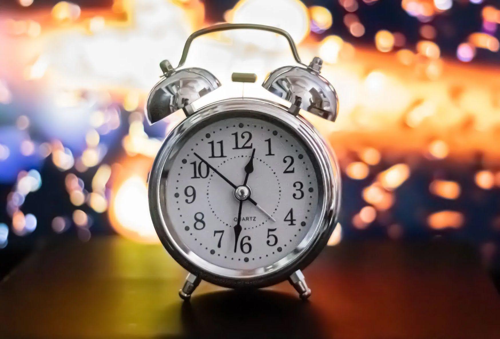 Узнать точное время после перевода часов в Украине можно при помощи мобильного телефона или доступа в интернет