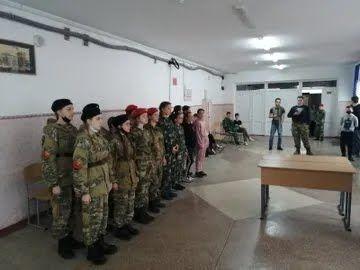 У школі №18 в Сімферополі учениці змагалися в прошивці погонів