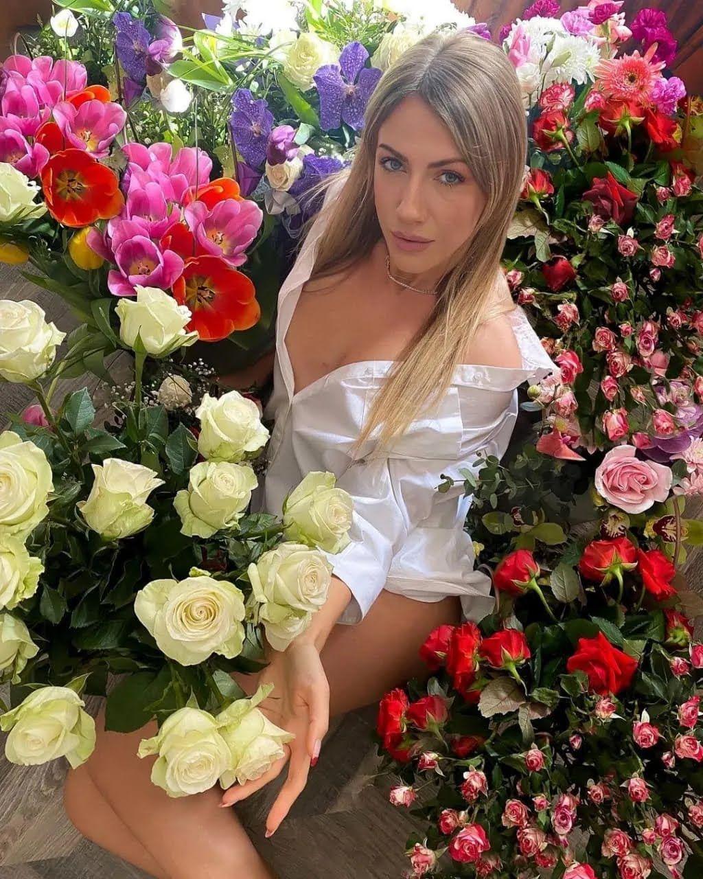 Никитюк в сексуальном наряде похвасталась весенними подарками.