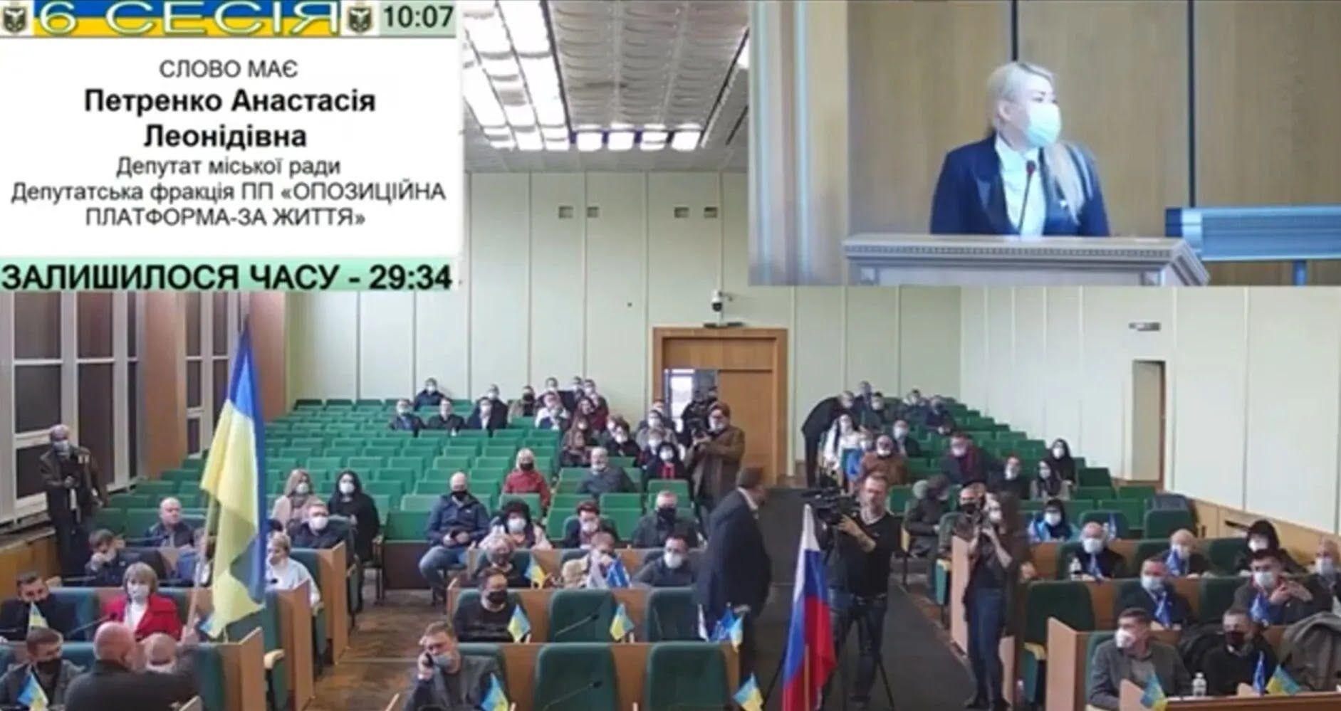 На засідання міськради в Слов'янську принесли прапор РФ.