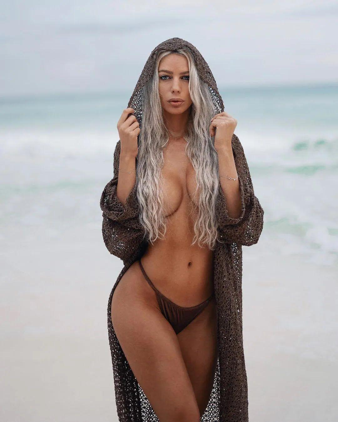 Янита Янчева прикрыла грудь волосами