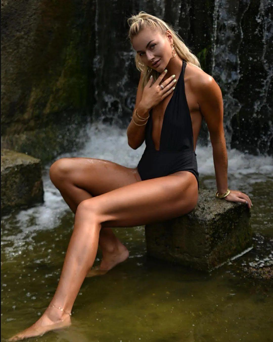 Людмила Осачук в сексуальном купальнике