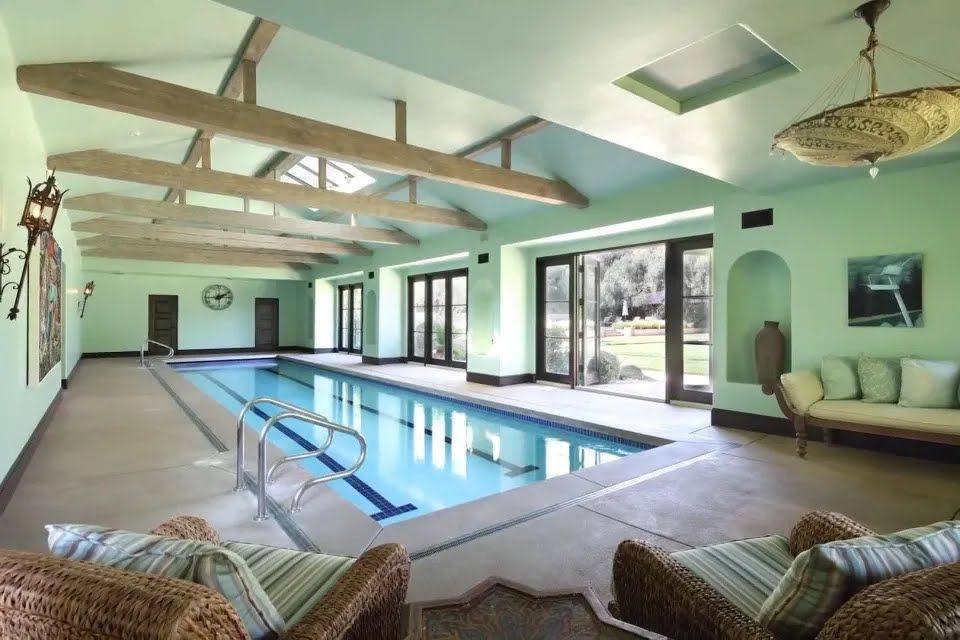 У будинку є критий басейн