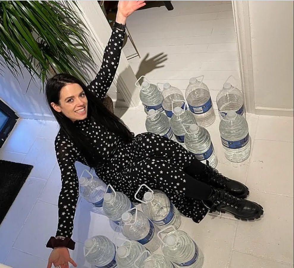 Карла с баклажками воды, которые по весу равняются килограммам, которые она скинула