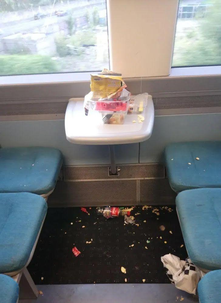 Такую картину видел каждый, кто часто ездит в общественном транспорте.