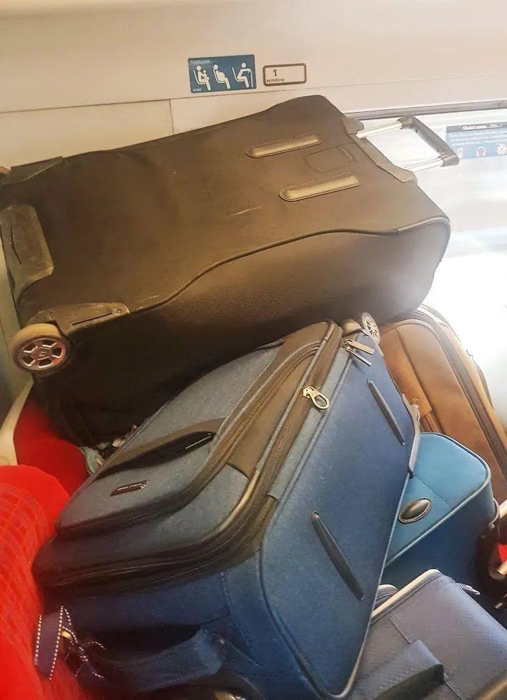 Кто-то поставил чемоданы на места для людей с инвалидностью.
