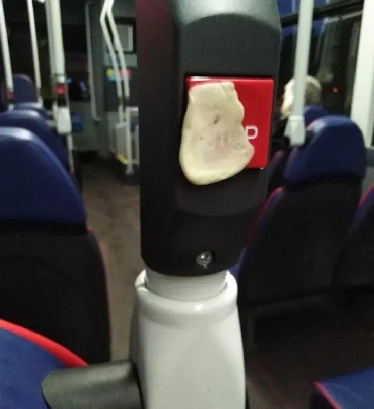 Пассажиры везде лепят жевательные резинки.