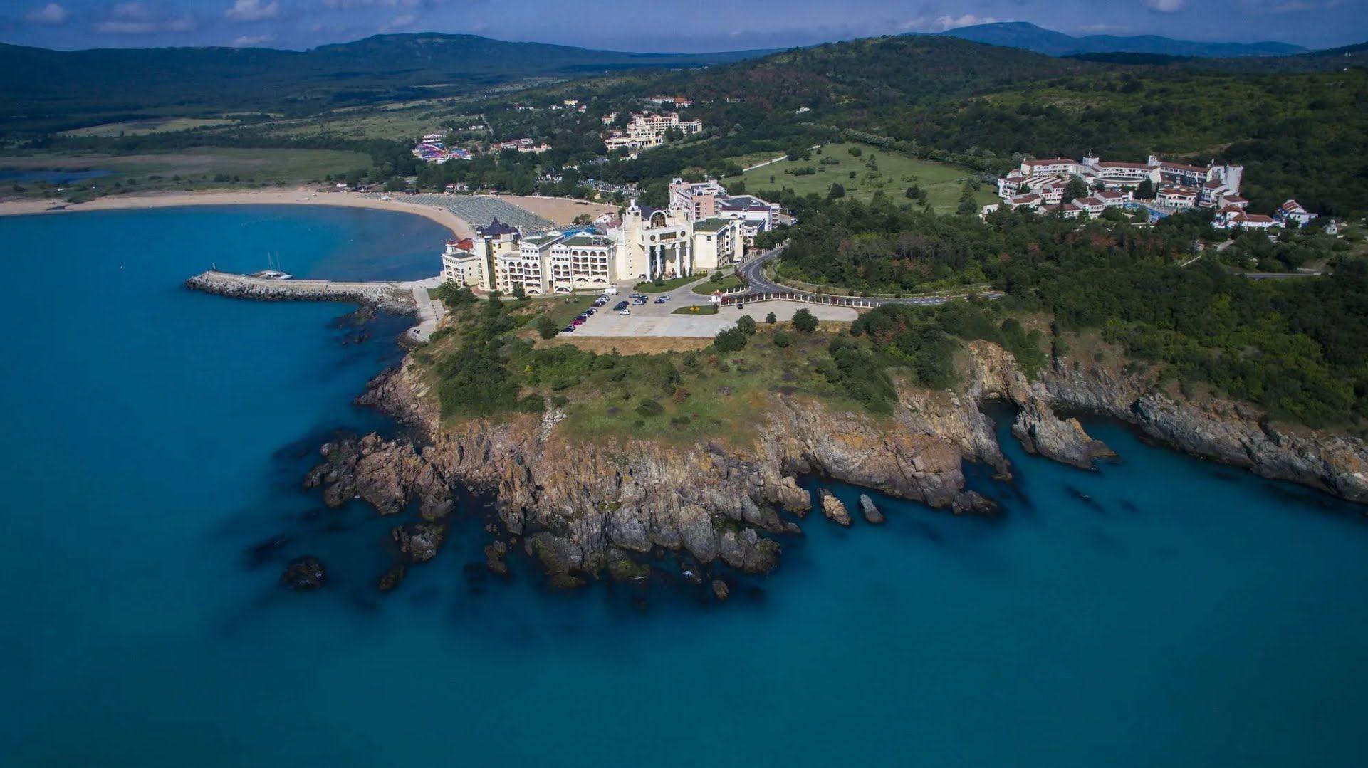 Дюни – молодой курорт, расположенный в небольшом поселке на южном побережье Болгарии.