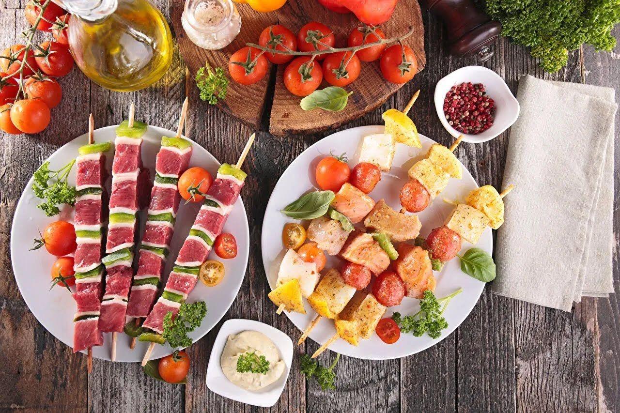 На природу не стоит брать сильно жирную, жареную, острую, копченую, соленую пищу.