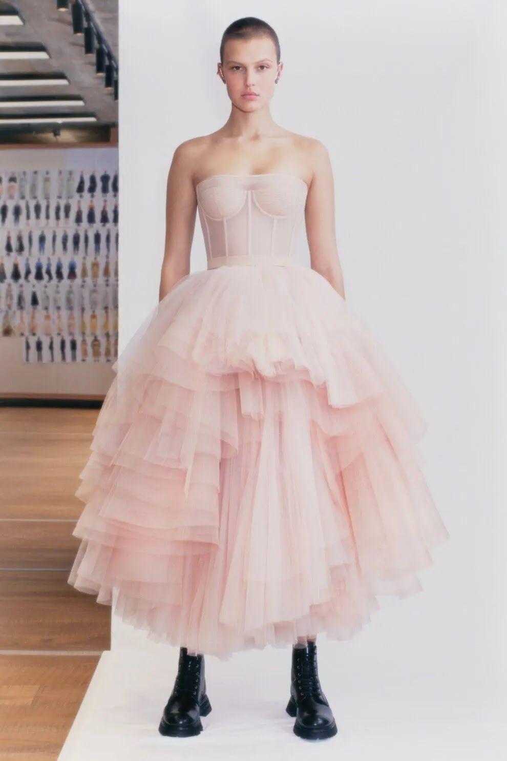 Кукольное платье пудрового цвета от Alexander McQueen