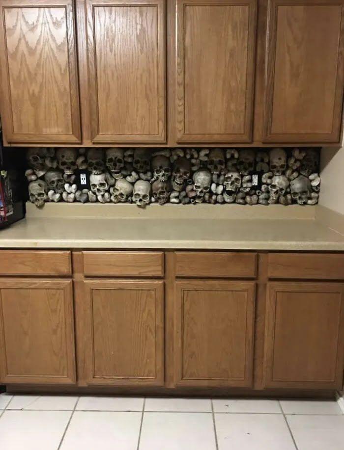 Кухня изготовлена из сотни черепов