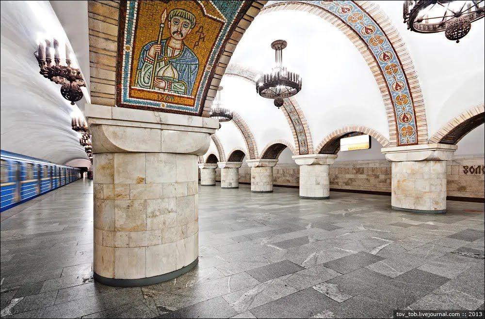 Внутри арок размещены 38 двойных мозаик.