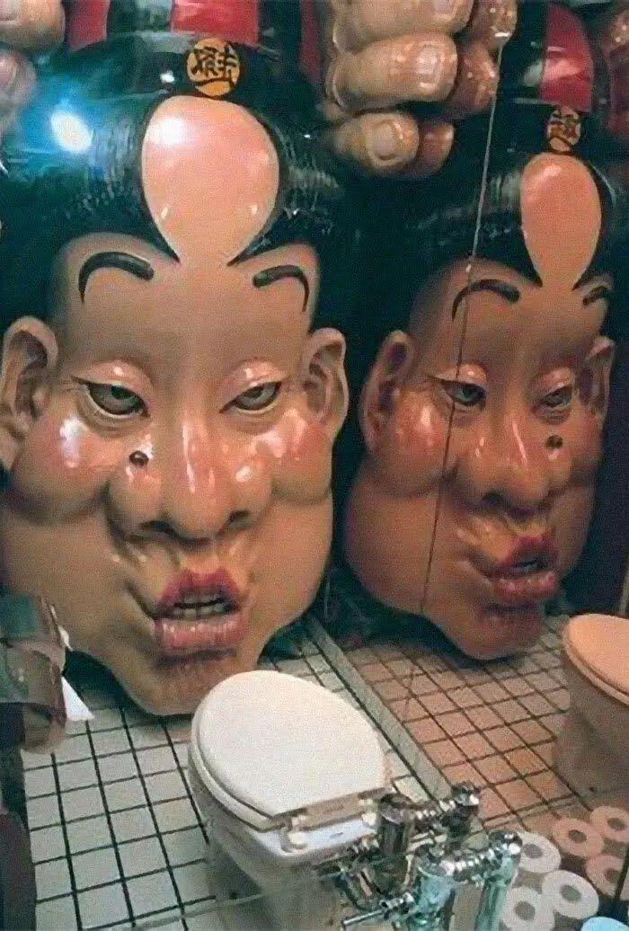 В японском кафе поставили статую в туалете.