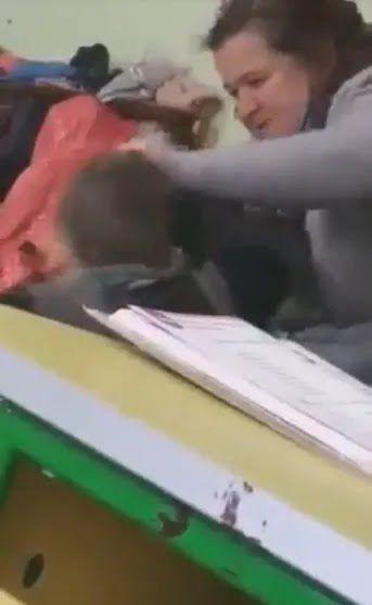 Учительница хватает ребенка за волосы...