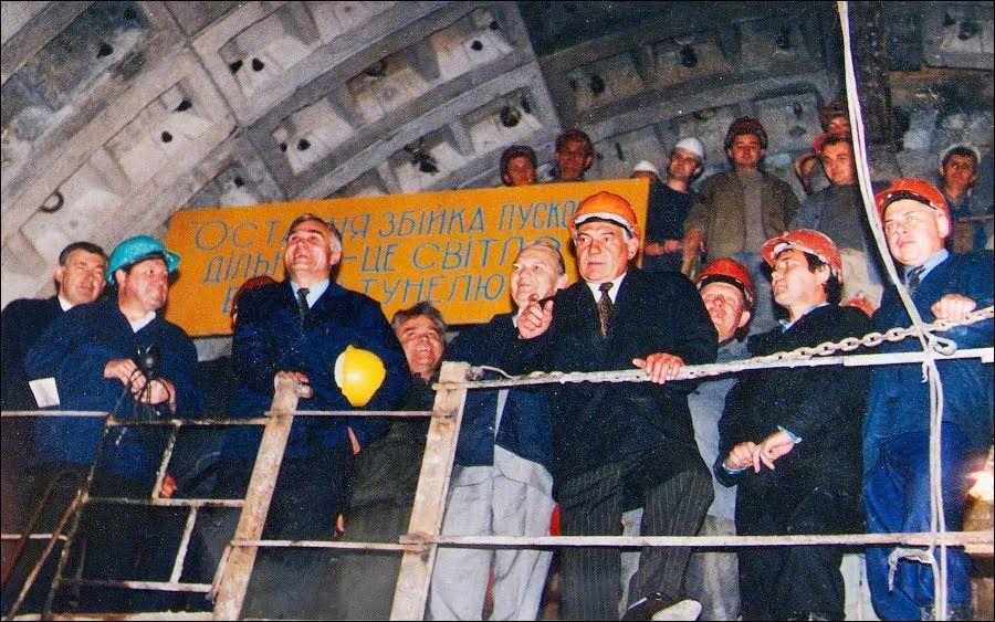 Сбойка эскалаторного тоннеля со средним залом станции.