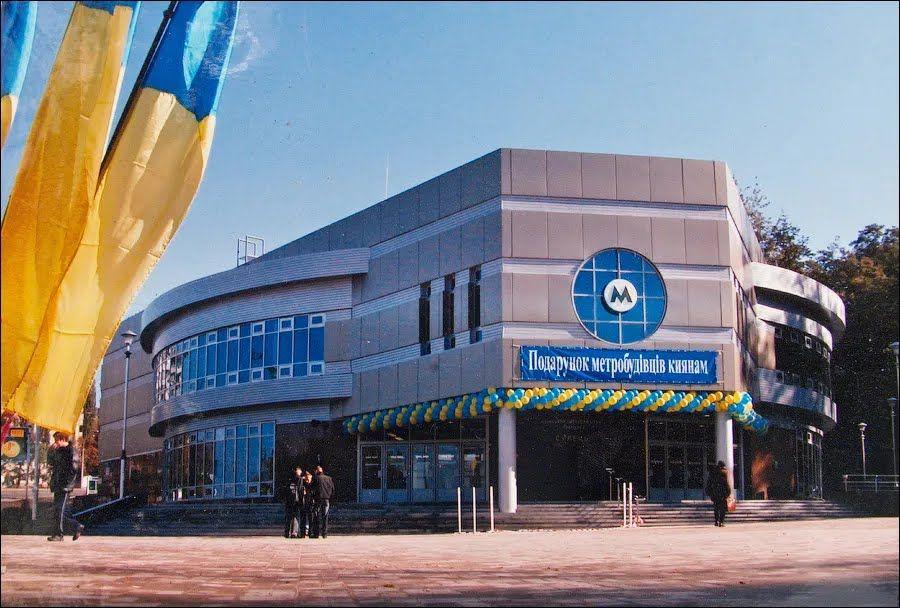 Готовый и торжественный вестибюль в день открытия.