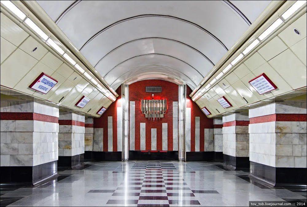 Торец среднего зала оформлен красной смальтой.