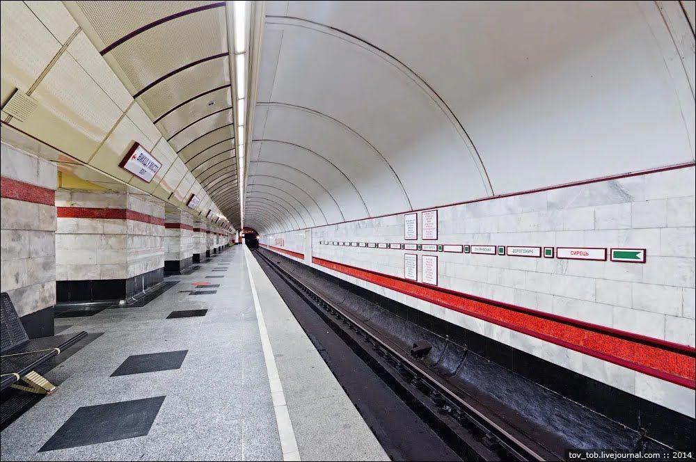 Путевые стены облицованы белым мрамором с полосами из красной смальты.