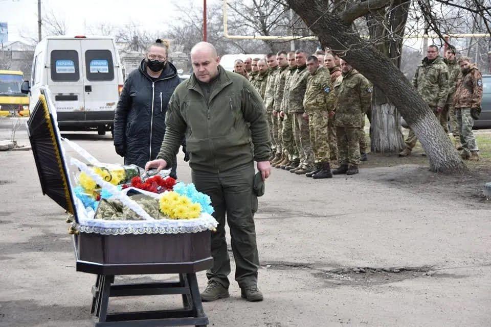Воїни принесли загиблому побратиму живі квіти кольору прапора України