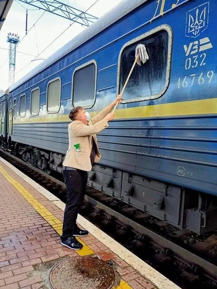 Датчанин Йоханес Вамберг Андерсен самостоятельно помыл окно вагона УЗ
