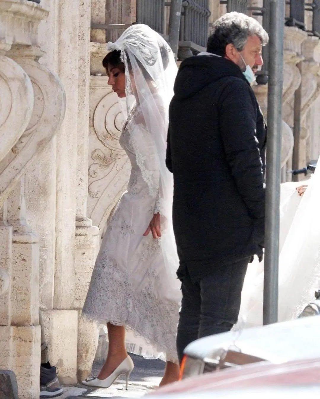 Гага у весільній сукні та фаті