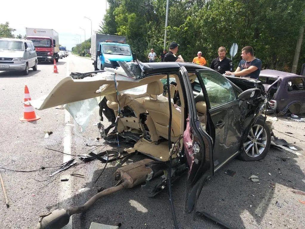 На месте аварии: автомобиль разорвало пополам