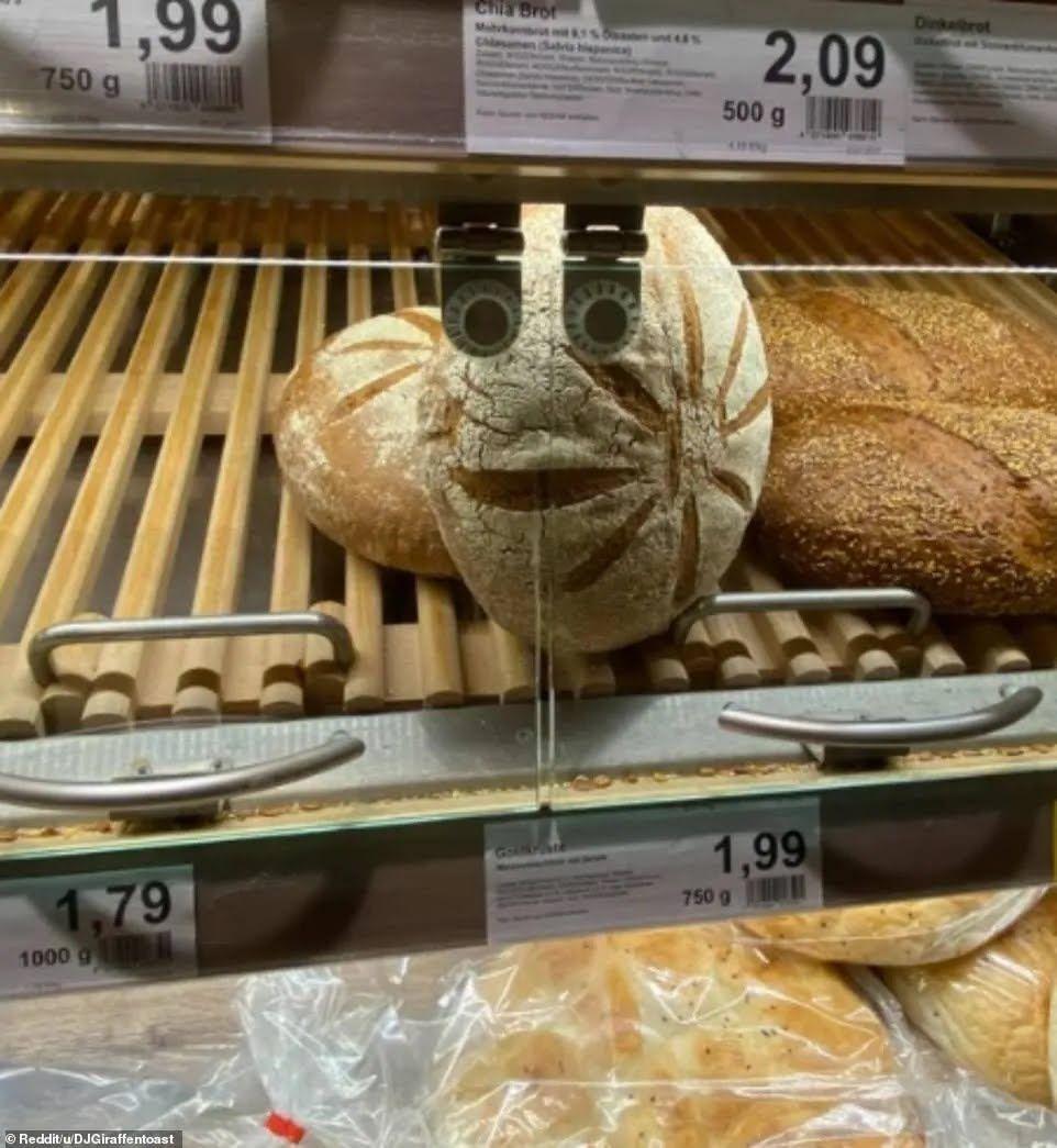 """Хлеб """"следит"""" за покупателями"""