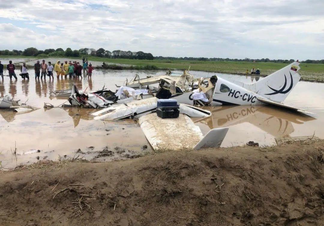 Самолет упал на рисовое поле.
