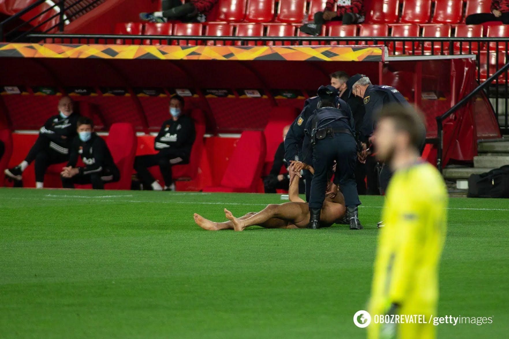 Мужчина упал на траву