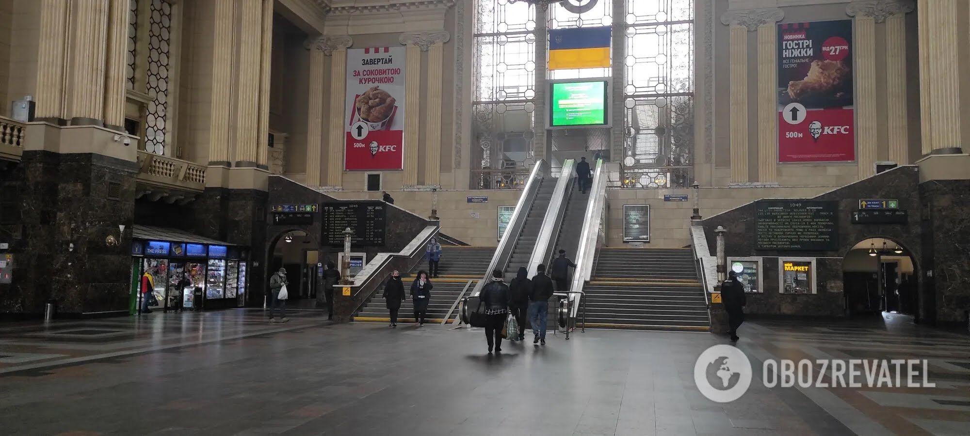 Людей на вокзалі мало.