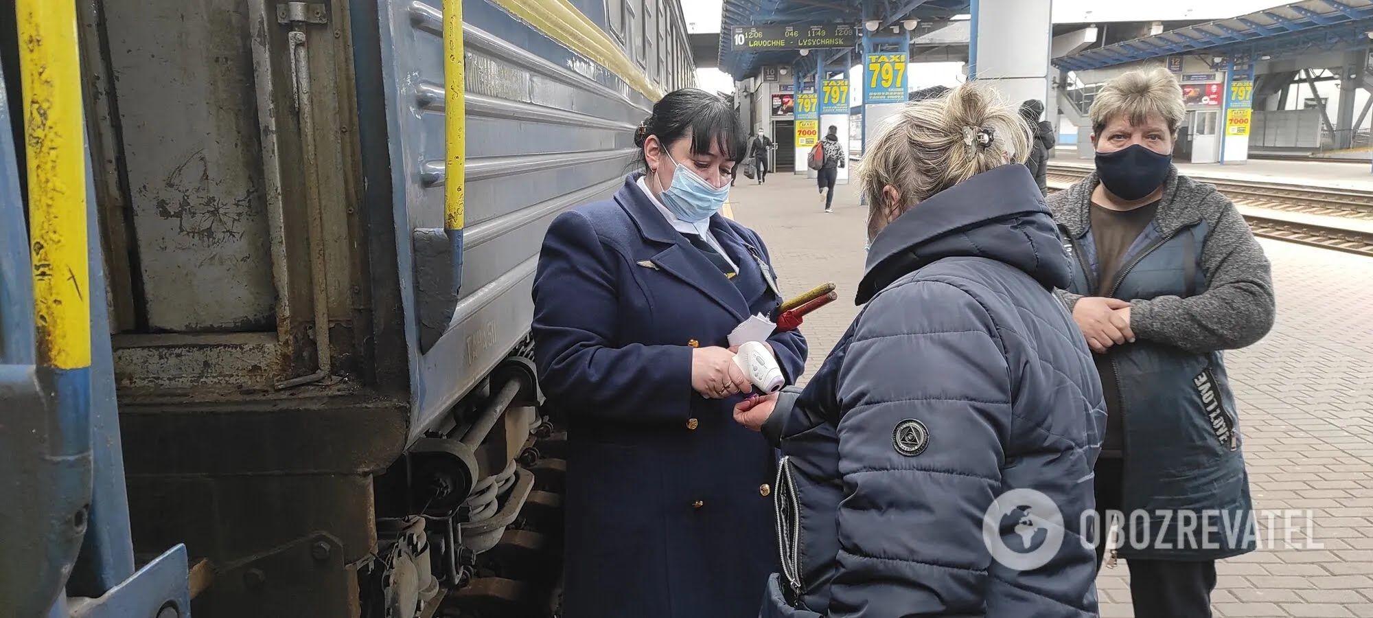 На входе в вагон пассажирам меряют температуру.