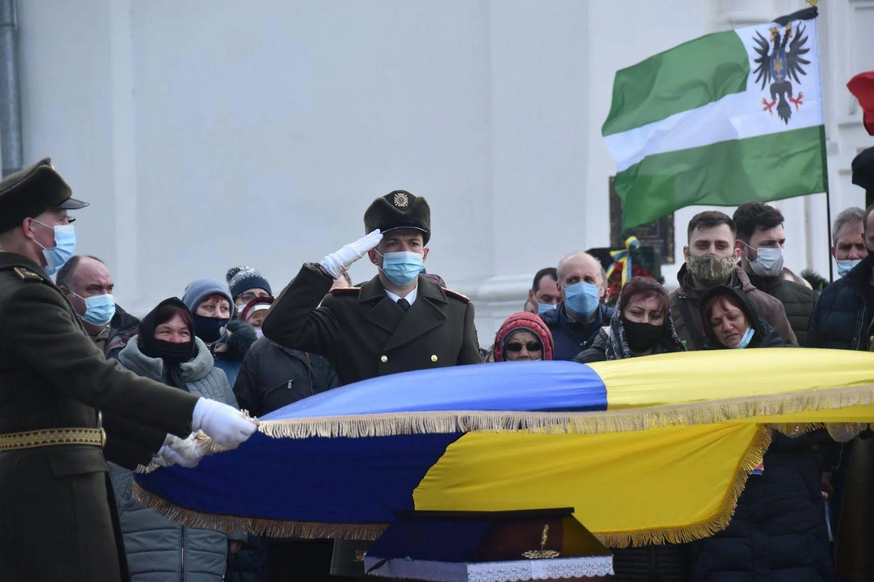 Гроб Володиимира Шпака покрыли Государственным Флагом Украины