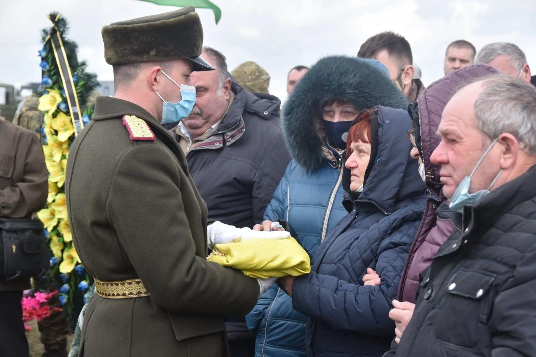 Родителям Владимира Шпака вручили флаг, которым был покрыт его гроб