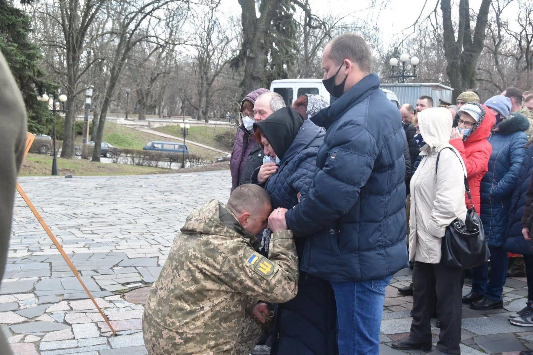 """Командующий оперативного командования """"Північ"""" склонился на колени перед родителями Шпака"""