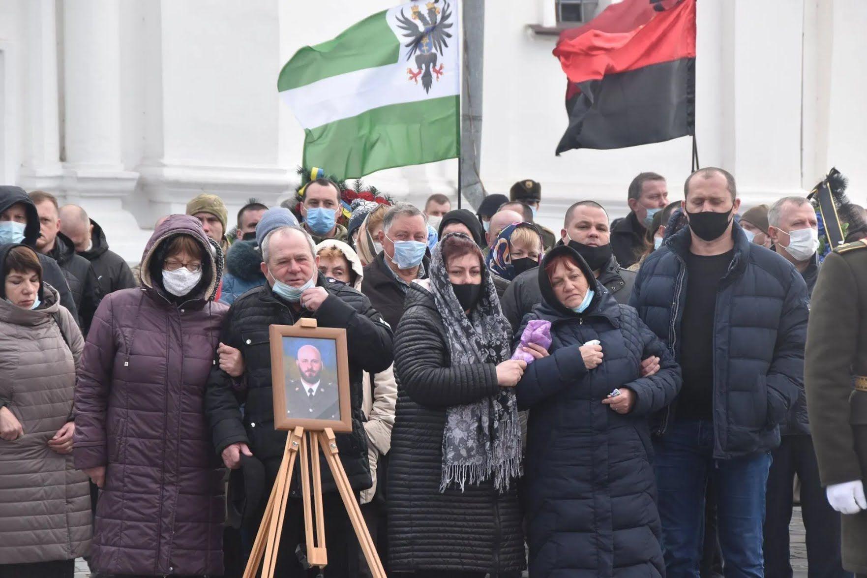 Почтить память защитника Украины пришли побратимы, родные, друзья и просто жители Чернигова