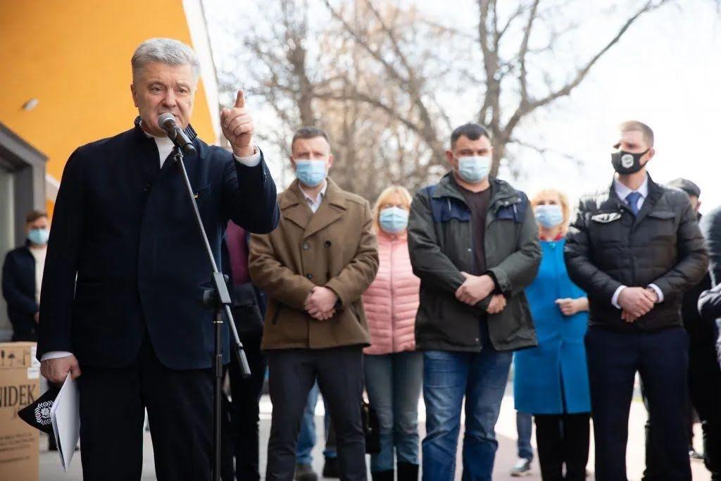 Порошенко привез кислородные концентраторы в Бориспольское медучреждение