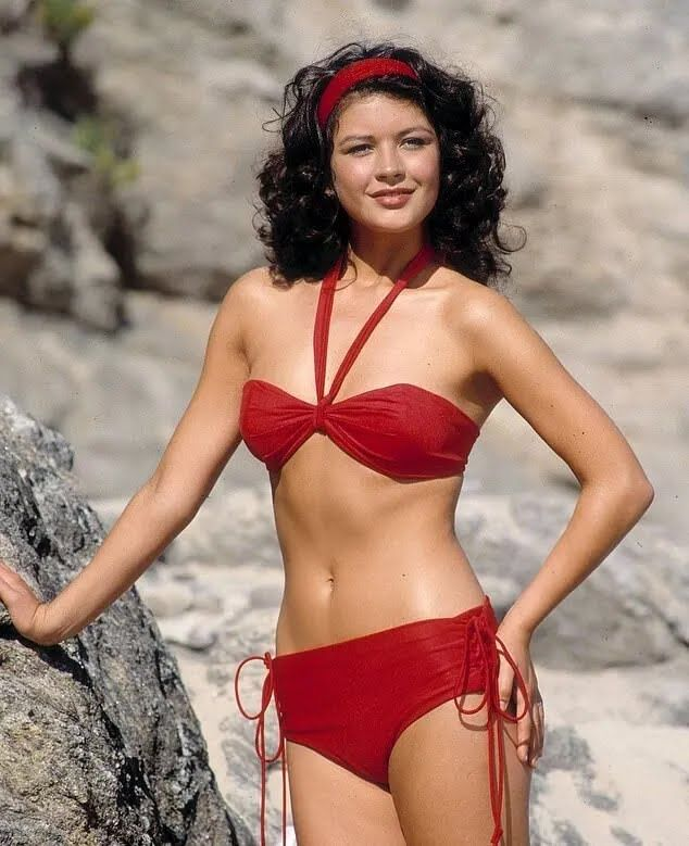 Кэтрин Зета-Джонс в красном бикини для телешоу 1990-х годов.