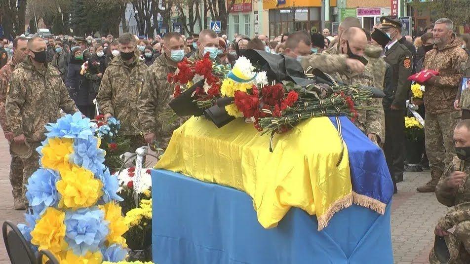 Гроб накрыли флагом Украины